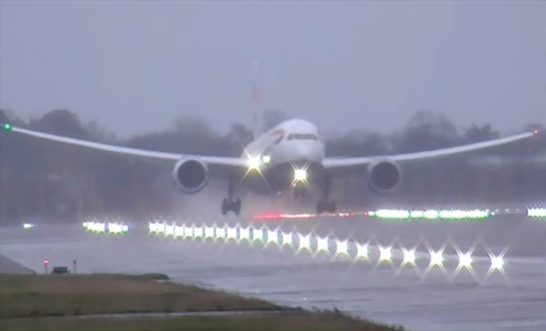 Слика од Ризично слетување на Ербас при силна бура (Видео)