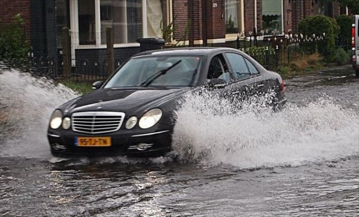 Слика од Сообраќајно правило: Да не се вози низ поплавена улица (Видео)