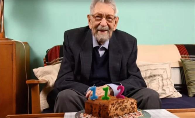 Слика од Најстариот човек на светот го прослави 112-тиот роденден во домашна самоизолација