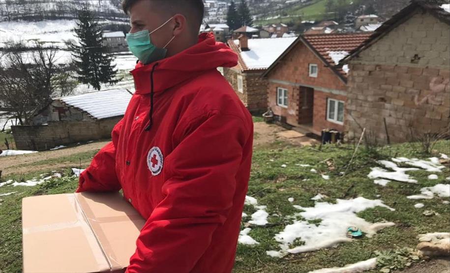 Слика од Гостиварскиот црвен крст подели над 800 пакети со храна и хигиенски препарати