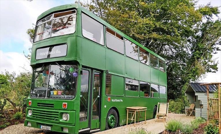 Слика од Од двокатен автобус користен во Лондон во 1990, англичанец направи удобна викендичка