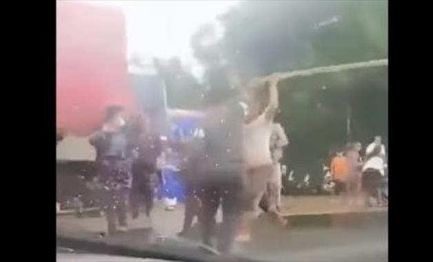 """Слика од Македонија вечна: Групна тепачка """"под маски"""" и со стапови на патот Кочани-Штип (Видео)"""