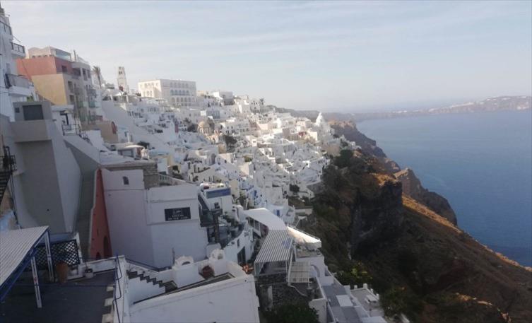 Слика од Санторини: Грчкиот остров мирен и празен, подготвен чека туристи (1)