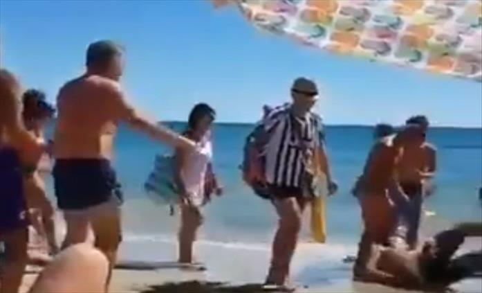 Слика од Италијанец со дрес на Јувентус се шеташе на плажа, неколку момци му досудија пенал (Видео)