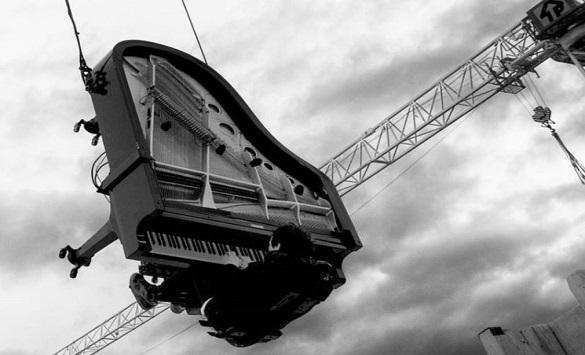 Слика од Пијанистички настап од 40 метри во воздух