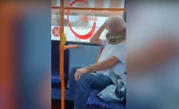 Слика од Англичанец носел змија како маска во автобус (видео)
