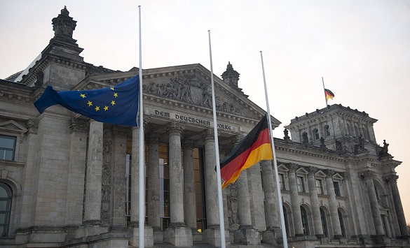 Слика од Полицијата проверува сомнителен пакет во Бундестагот