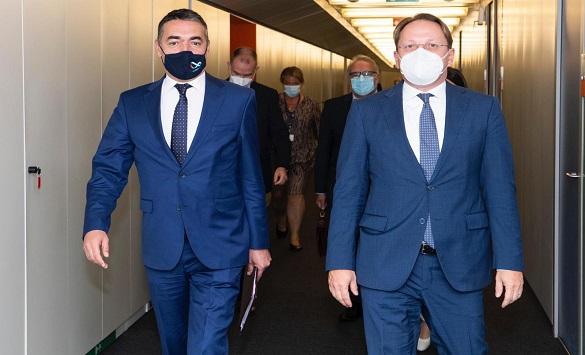 Слика од Димитров и Вархеји разговарале за идните чекори до почеток на преговори со ЕУ