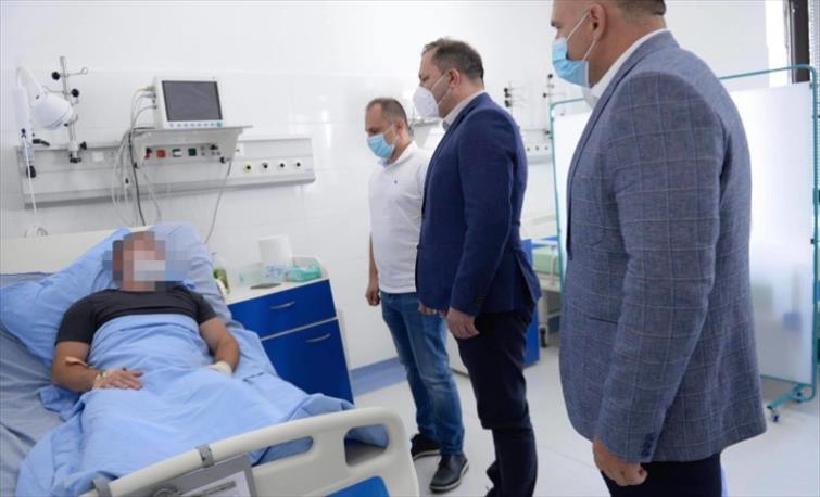 Слика од Спасовски и Филипче го посетија полицаецот кој синојќа беше прегазен