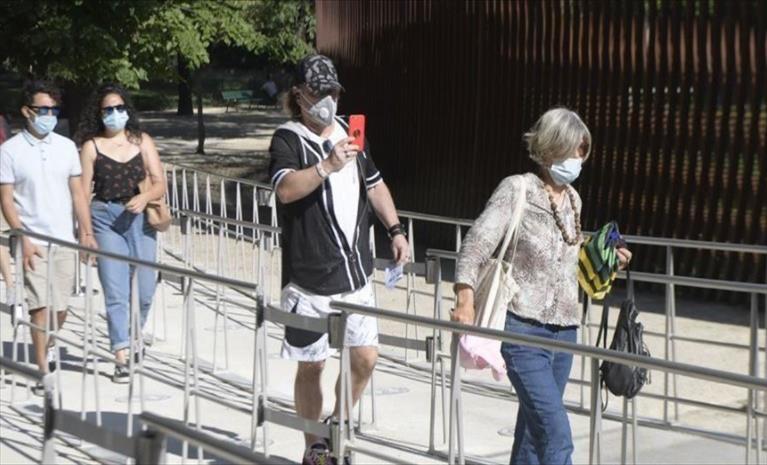 Слика од Португалија воведува задолжително носење маска на отворено каде има метеж
