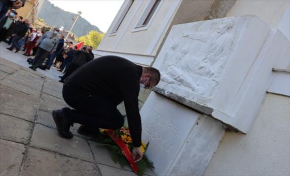 Слика од ВМРО-ДПМНЕ пред учителската школа во Штип оддаде почит на Гоце Делчев и Дамјан Груев