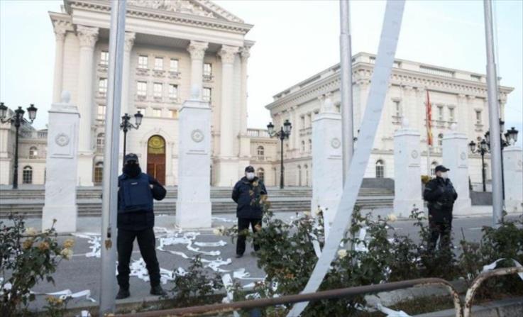 Слика од ВМРО-ДПМНЕ и денеска го блокираше приодот до МНР и Влада, на Заев му дадоа тоалетна хартија за да си го избрише срамот