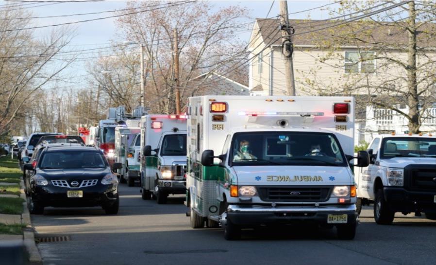 Слика од Американците деновиве ја очекуваат вакцинацијата, а службите за Брза помош пред колапс