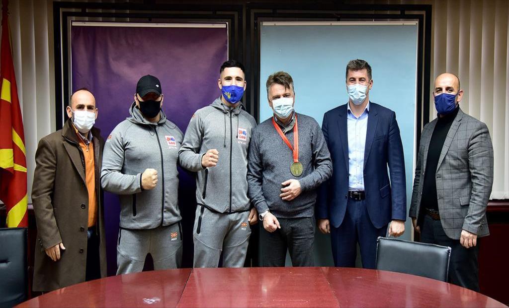 Слика од 100.000 денари награда од град скопје за младиот боксер Ардијан Аземи