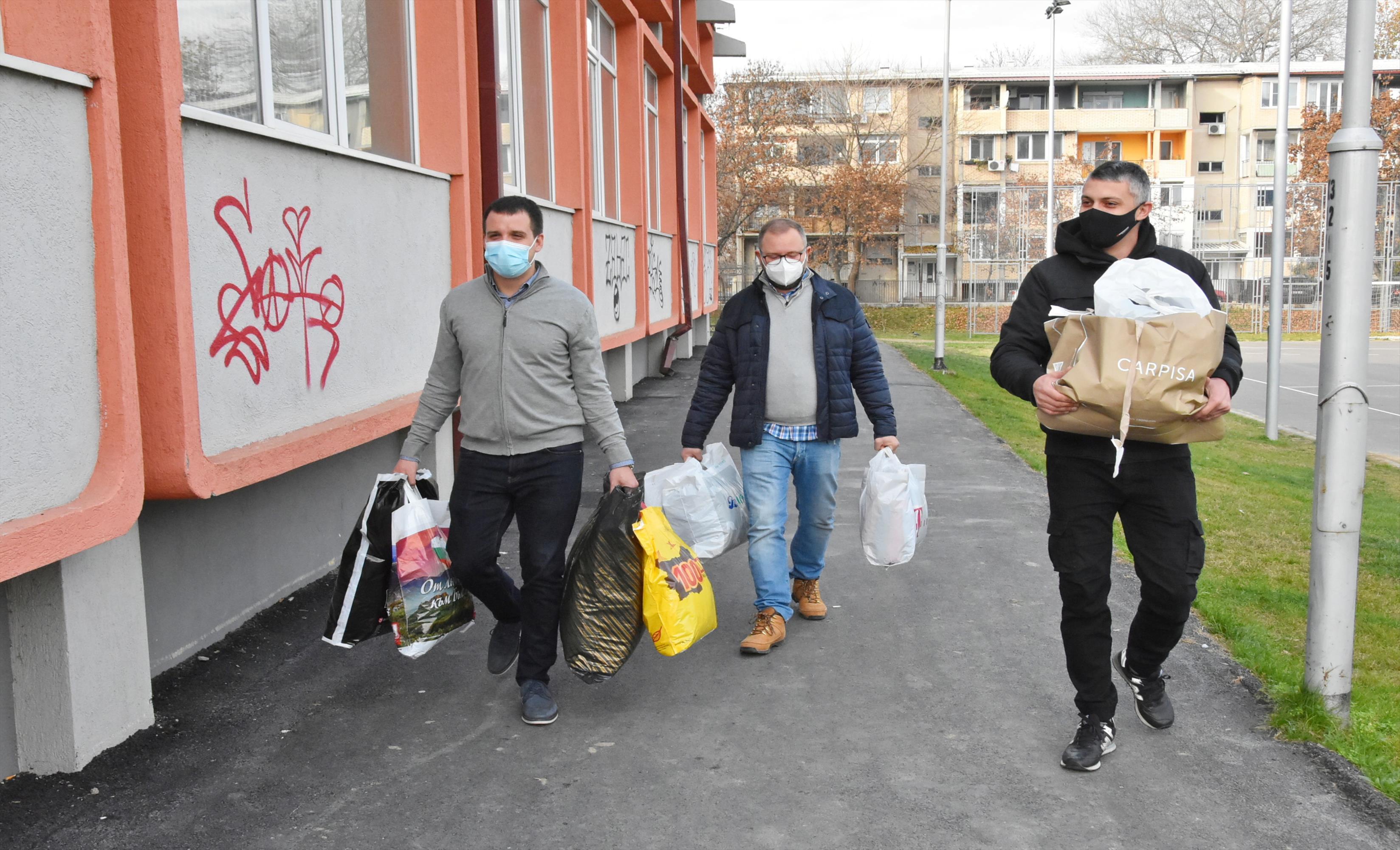 Слика од Карпош донира облека за социјално најзагрозените