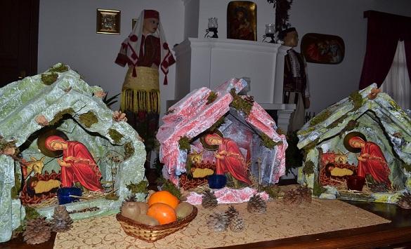 Слика од Божиќните пештери изработени од Раичкото сестринство внесуваат божиќна атмосфера во многу домови