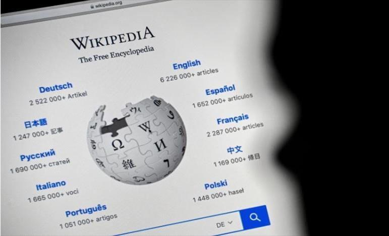 Слика од Википедија – диносаурусот на некомерцијалниот интернет, одбележува 20-годишнина