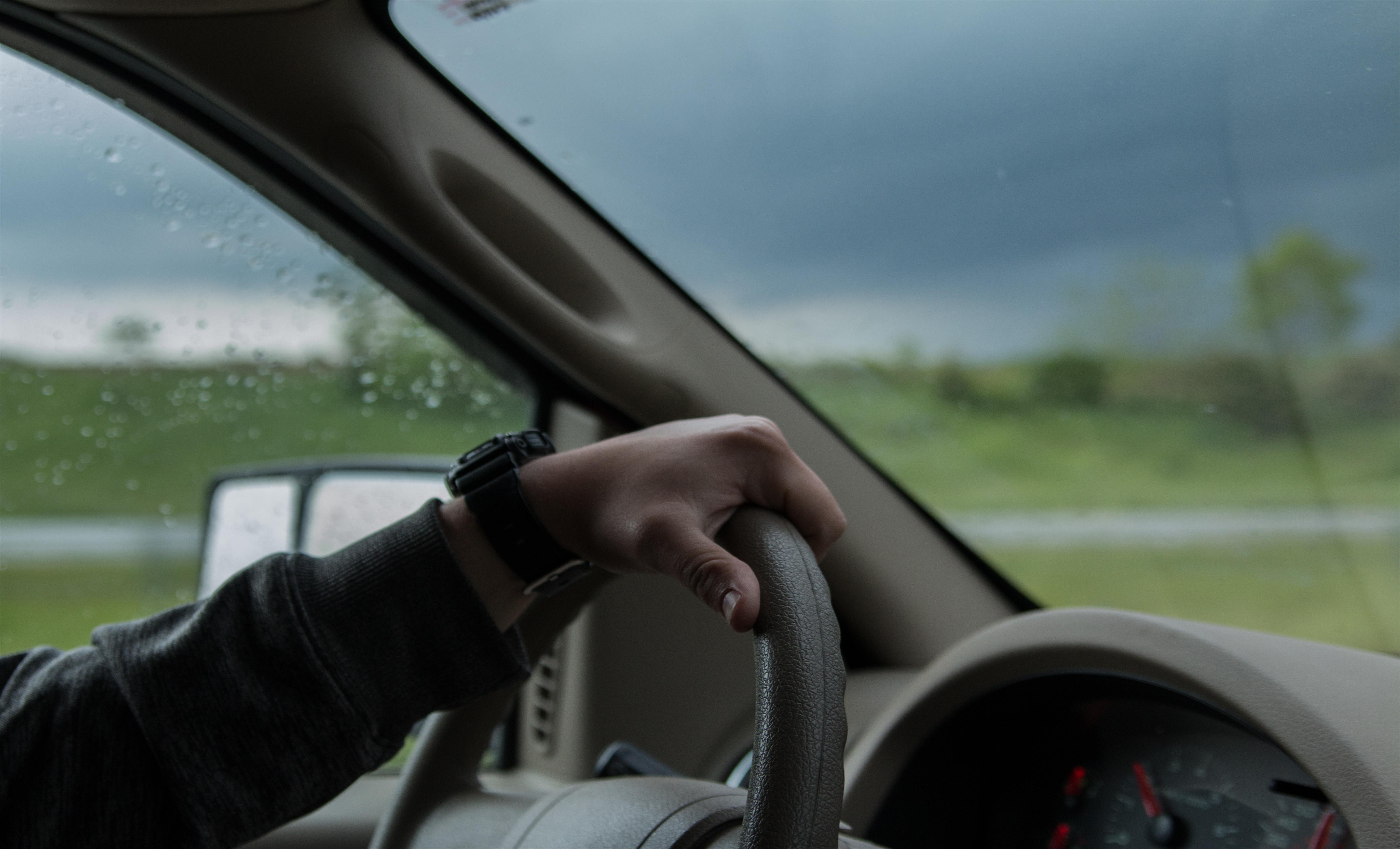 Слика од Сообраќајот на државните патиша по наместа влажни коловози, можна појава на голомразица