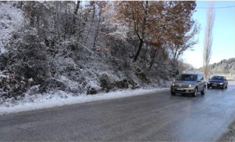 Слика од Сообраќајот по наместа влажни коловози, можна е појава на голомразица