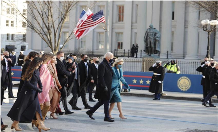 Слика од Бајден со сопругата пешки пристигнаа во Белата куќа