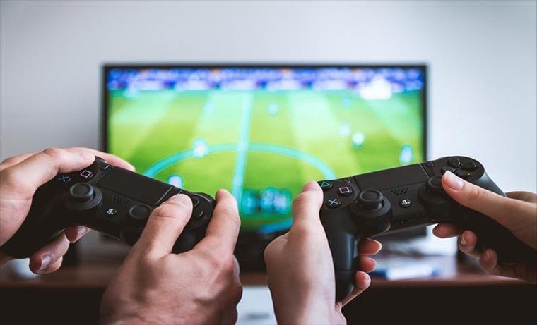 Слика од Истражување: Жените се повеќе време посветуваат на видеоигрите