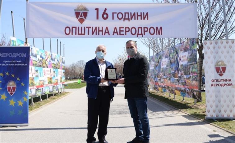 Слика од По Шилегов и Златко Марин му даде благодарница на Караџовски, на 4000 починати и 140.000 вкупно инфицирани