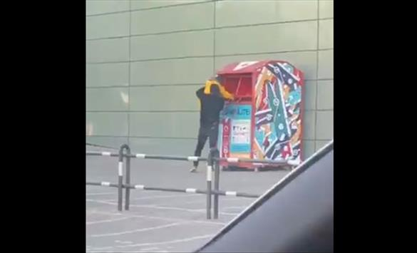 Слика од Шокантно видео објавено на Твитер: Татко го става детето во контејнер за донации