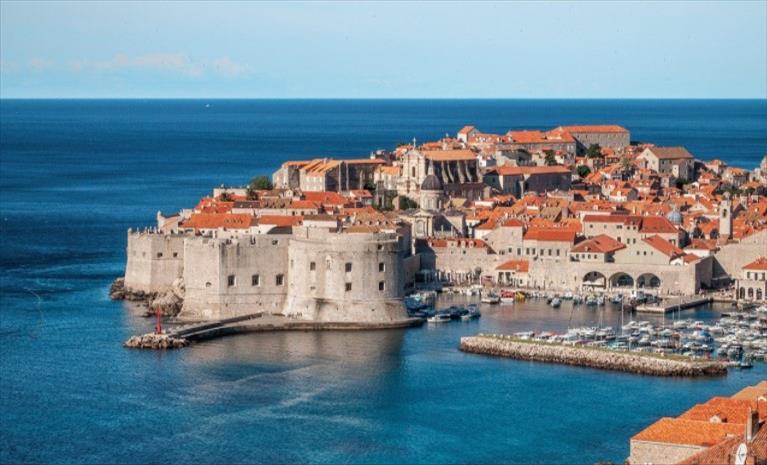 """Слика од Хрватска и 12 членки на ЕУ се договорија за туристички """"зелен пасош"""""""