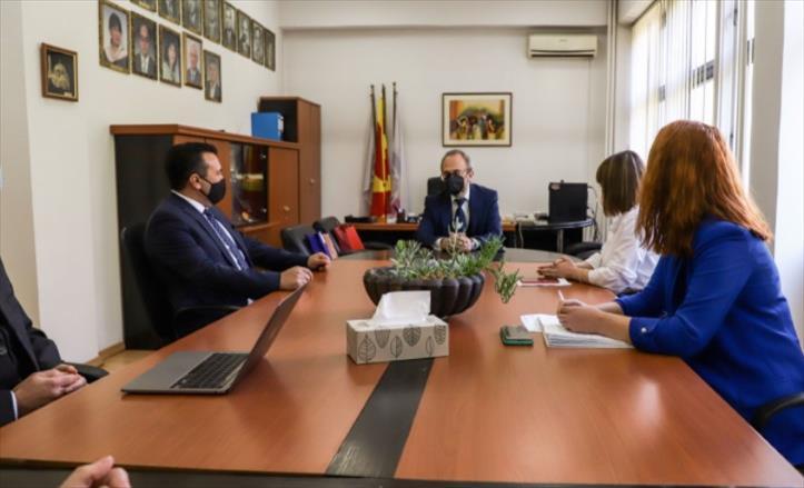 Слика од Заев и Царовска во посета на Природно-математичкиот факултет
