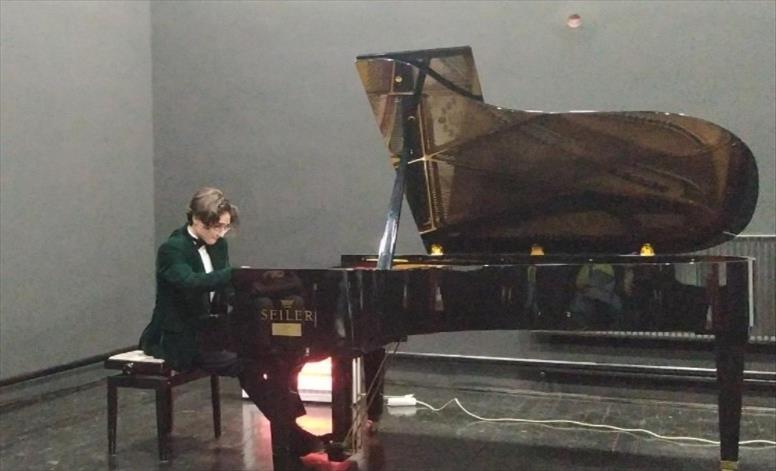 Слика од Mладиот виртуоз на пијано Арда, блеска високо на ѕвезденото небо