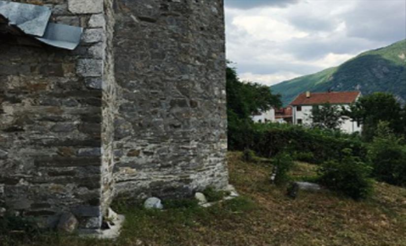 Слика од Осквернавен гроб во долнорекнаското село Требиште