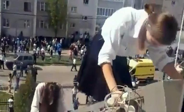 Слика од НТВ објави снимка од евакуацијата на децата од училиштето во Казан