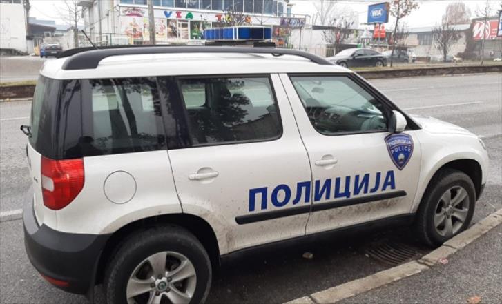 Слика од Приведени 4 лица поради насилен упад во дом на Скопјанец поради долг, го нападнале и му ја оштетиле покуќнината