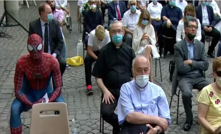 """Слика од """"Спајдермен"""" на аудиенција кај папата"""