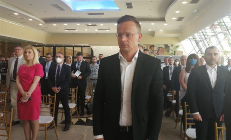 Слика од Сијарто: Се залагаме паралелно да се решава проблемот меѓу Скопје и Софија и да течат преговорите со Македонија