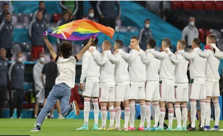 Слика од Навивач со знаме со боите на виножитото влезе на теренот за време на интонирање на химната на Унгарија пред натпреварот против Германија