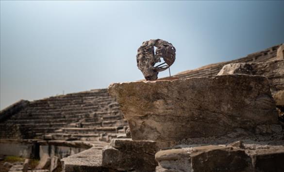 """Слика од """"Откривање на иднината: Археологија на модерноста"""", изложба на дела на Петар Хаџи Бошков во археолошкиот локалитет """"Стоби"""""""