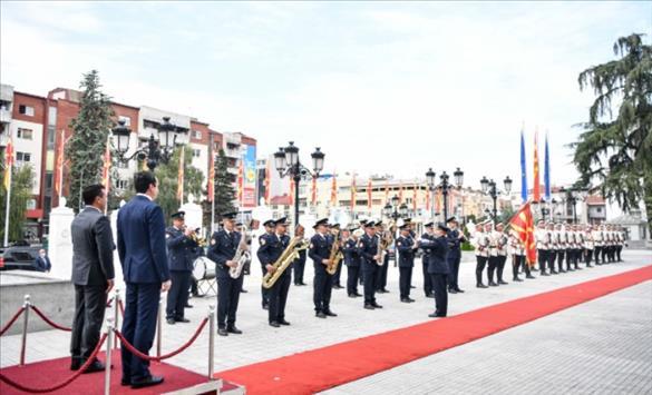 Слика од Со највисоки воено-државни почести пречекани Албин Курти и министрите во Косовската Влада