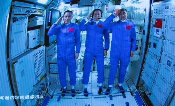 Слика од По три месеци во Вселената, кинеските астронаути се вратија на Земјата