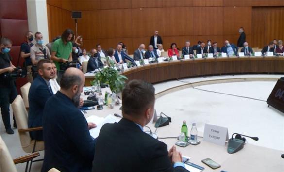 Слика од Српските власти и европратениците договорија документ за изборните услови, опозицијата го отфрла