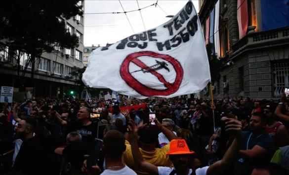 Слика од Белград: Антиваксери на протест, полицијата и новинарите нападнати со јајца