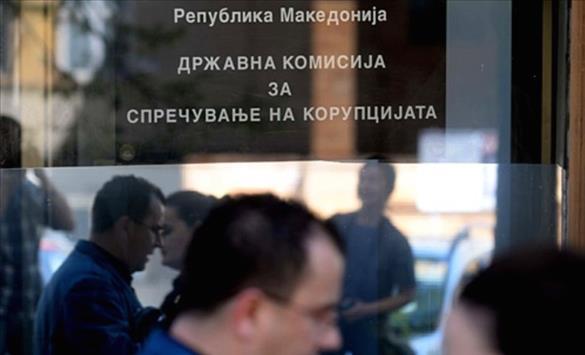 Слика од ДКСК: Градоначалници во приватни возила точат службено гориво и тераат кампања