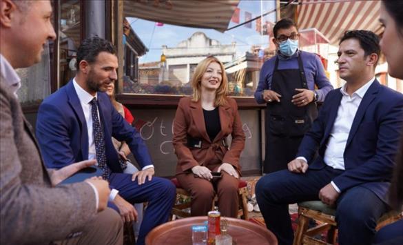Слика од Арсовска и Беким Сали пиеја чај и јадеа баклава во Старата скопска чаршија