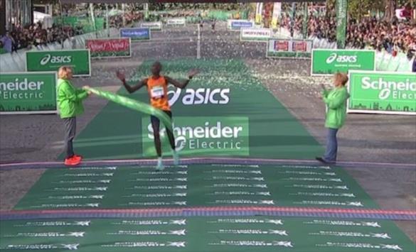 Слика од Кениецот Ротич и Етиопјанката Мемује победници на Парискиот маратон