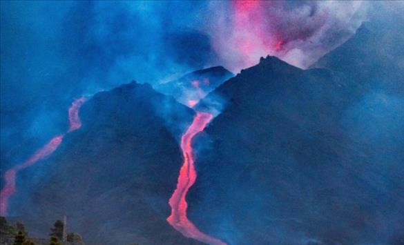 Слика од И по четири недели активен вулканот Кумбре Виеја на Ла Палма