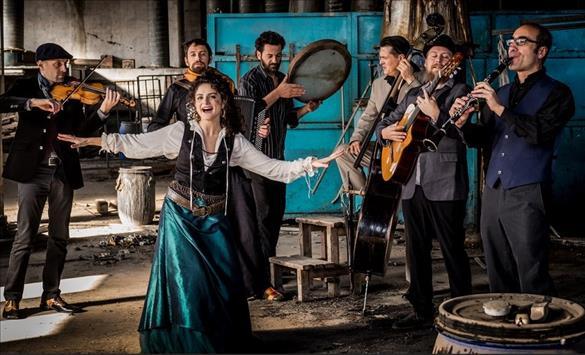 """Слика од Италијанка ја пее """"Море сокол пие"""" – ПЕЕ, РАСТУРА!, а ѝ свират момци од цел свет"""