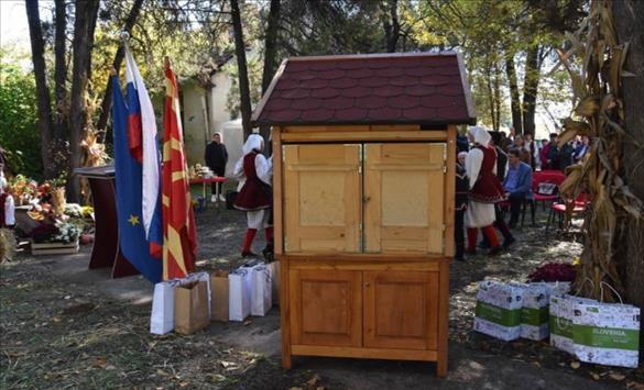 Слика од Традиционален словенечки пчеларник – подарок за Институтот за ориз во Кочани