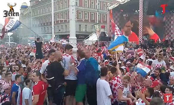 """Слика од Французин """"изеде"""" шамар зошто славеше во Загреб со дрес на Франција (Видео)"""