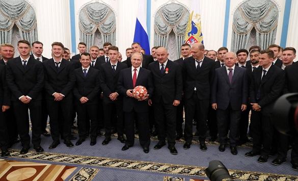 Слика од Путин ги награди руските фудбалери за настапите на Светското првенство